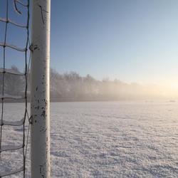 Voetbalveld in sneeuw
