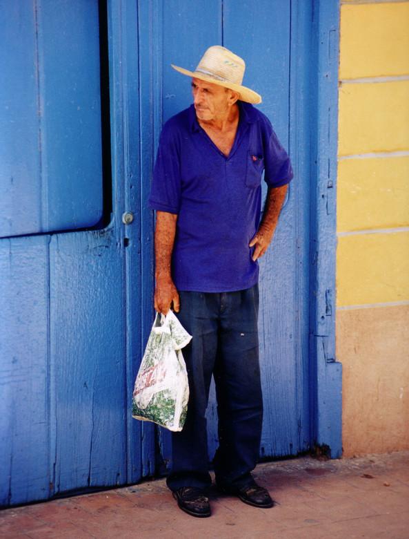 824c3b33e18 Man met hoed en plastic tas - Deze foto maakte ik met een Nikon F55 tijdens
