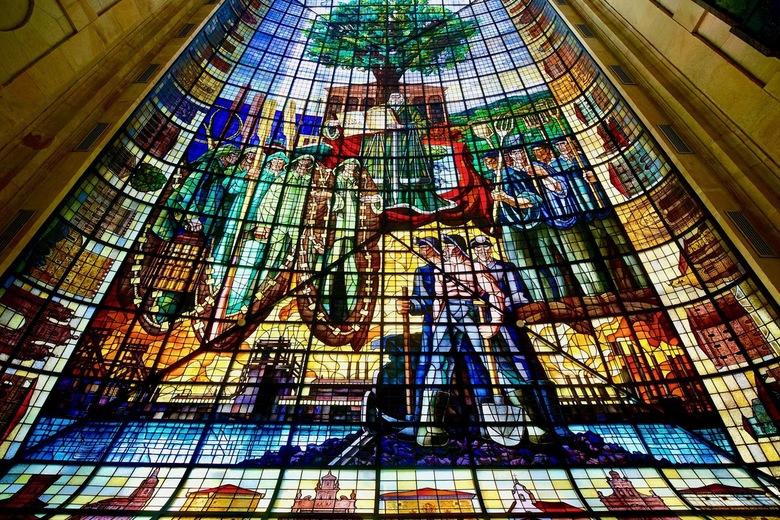 De eik van Quernica in glas en lood. - Guernica is de historische hoofdstad van de heerlijkheid Biskaje. Hier kwam de Algemene Vergadering van de prov
