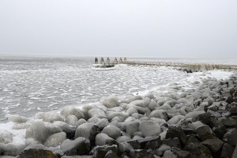 Monument op de afsluitdijk 1... - 4 maart &#039;18<br /> <br /> Ik laat meteen nog een andere serie winterse plaatjes zien.<br /> Op 4 maart gingen