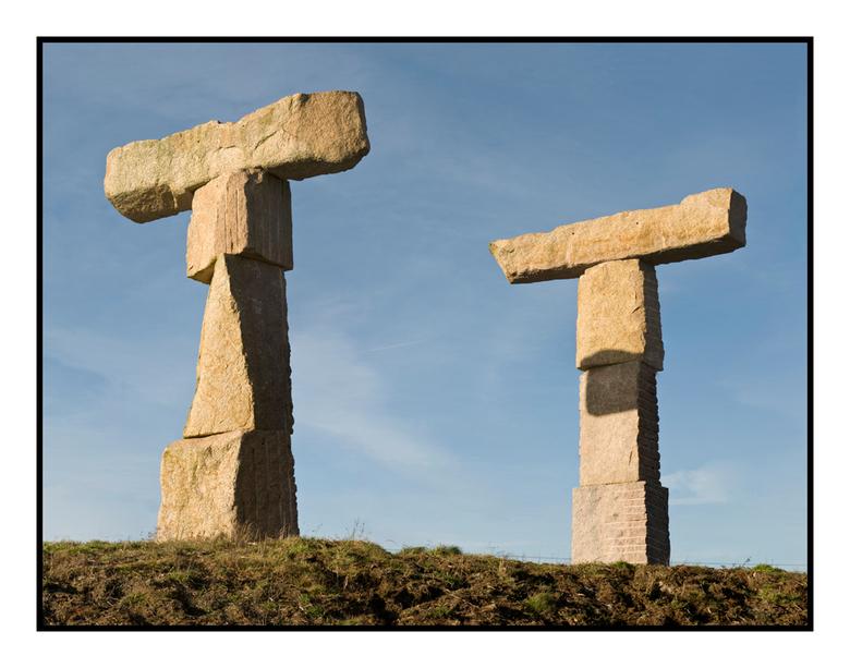TT - Nederlandse stonehenge of toch wat anders, deze granieten T &#039;s staan langs de A-28 ter hoogte van de TT-baan, als zijnde kunstwerk o.i.d.<br