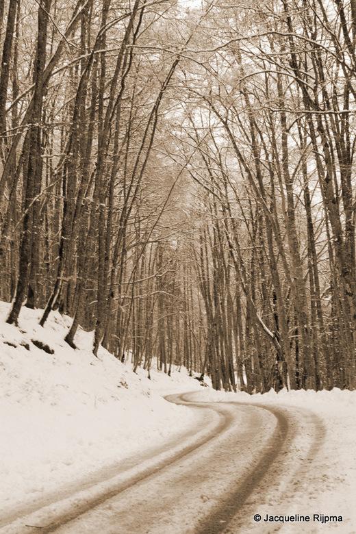 Waarheen... - Bergweg in de sneeuw