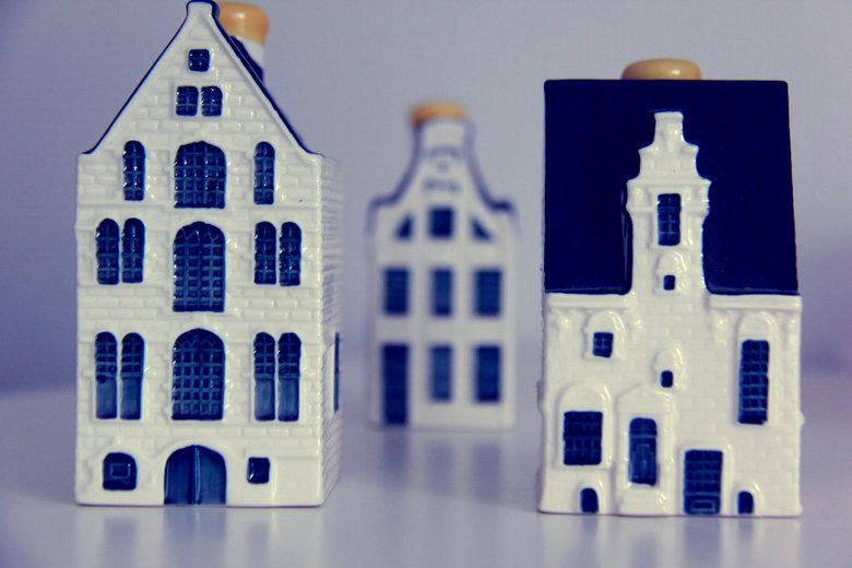 delfts blauwe huisjes - dit zijn huisjes die mijn vader spaart en ik had een leuk idee om er een foto van te maken.