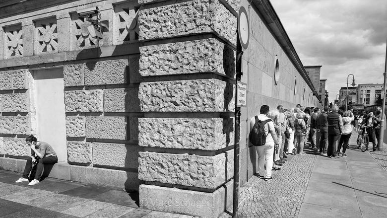 De muur. -