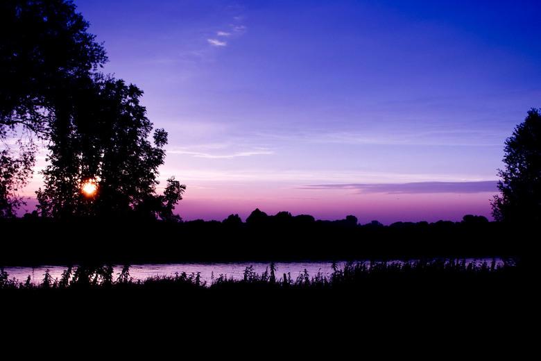 Blauwe lucht - Prachtige zonsondergang met een fel gekleurde lucht.