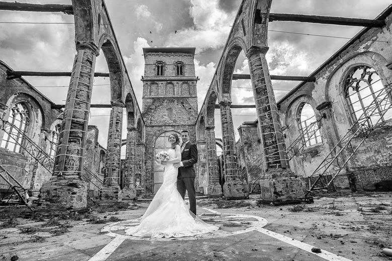 portfolio-1 - huwelijksfoto in de ruïne van uitgebrande kerk