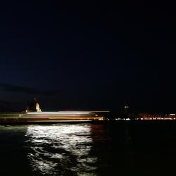 Nachtopname van Venetië - Italiaanse driekleur in de reflectie
