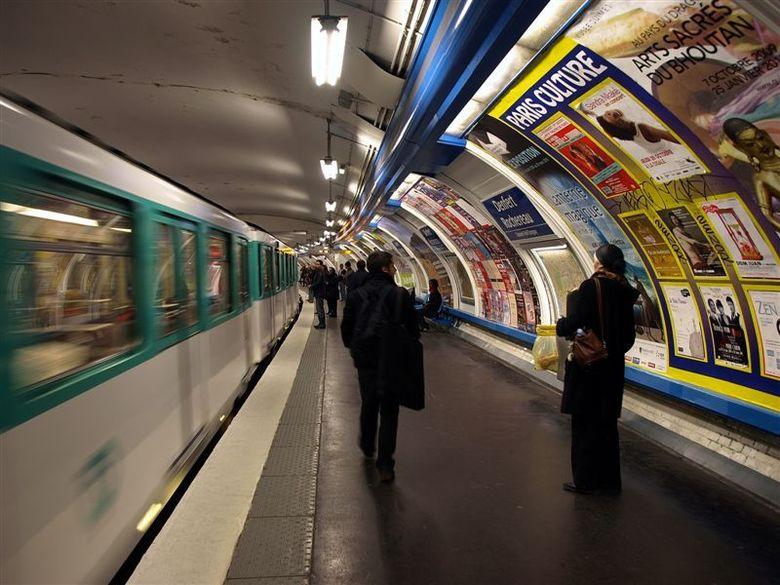 Le Metro - Parijs 2009 - 8 - 1/10 sec - f 3.2 - Iso 100