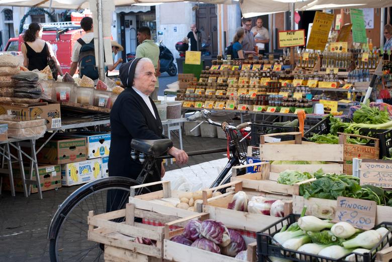 Op de fiets naar de markt? - Zou ze enkel op de fiets passen of past ze er ook op?! Beetje groot....zo tussen de kratjes fruit op Campo di fiore in Ro