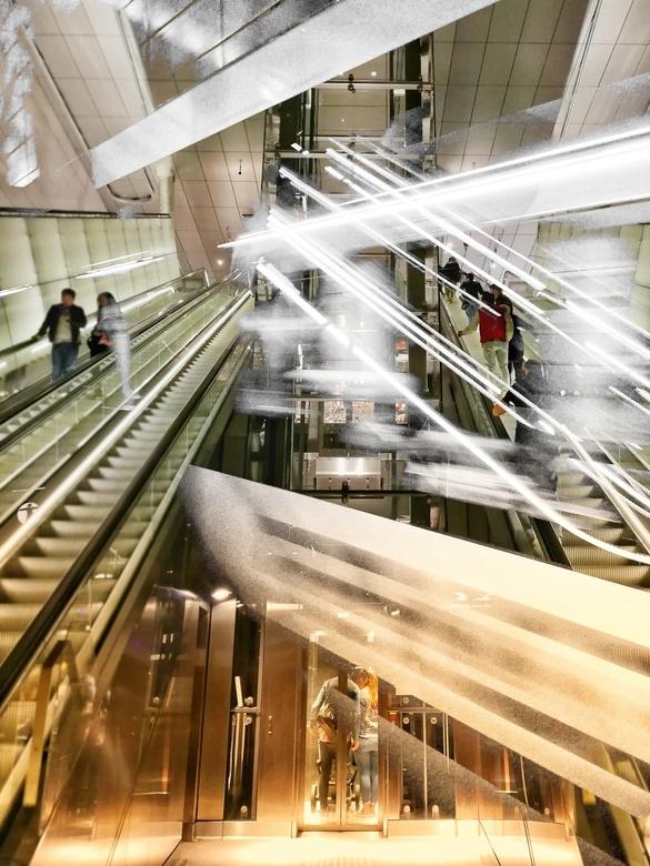 Een duizelingwekkende locatie. .  - Amsterdam_ nieuwe metro lijn... van noord naar zuid en vice versa.<br /> Trein gemist,,?? Geen probleem om de 6 m