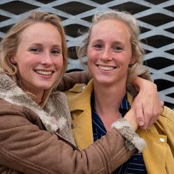 Eeneiige tweeling Myrthe en Britt 2
