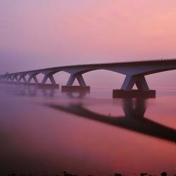 zeelandbrug met zonsopgang
