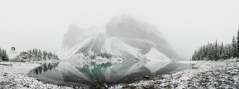Morraine Lake - Morraine Lake in Canada.<br /> <br /> Was op een ochtend dat het veel gesneeuwd had, dus in de vroege uurtjes naar dit meer getrokke