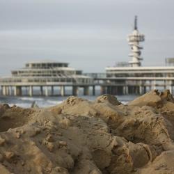 Een hoop zand op het strand