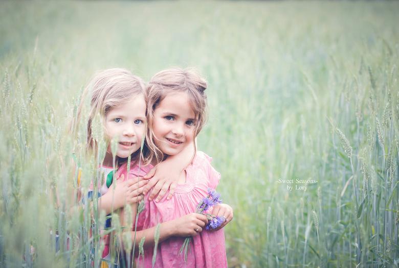 nichtjes - 2 meisjes in een veld