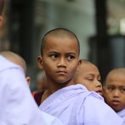 In de rij voor het ontbijt. Monnikjes in Myanmar.