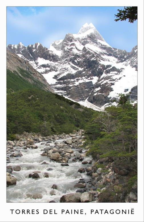 Smeltwater - Deze beek is in het Torres del Paine nationaal park in Chili is ontstaan uit het smeltwater van de gletsjer die je op de achtergrond ziet