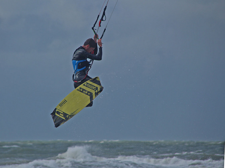 Kitesurfing 3 - Zoals ik al eerder zei, ik kreeg er geen genoeg van het fotograferen van deze surfer. Hier nog een spectaculair actiemoment <img  src=