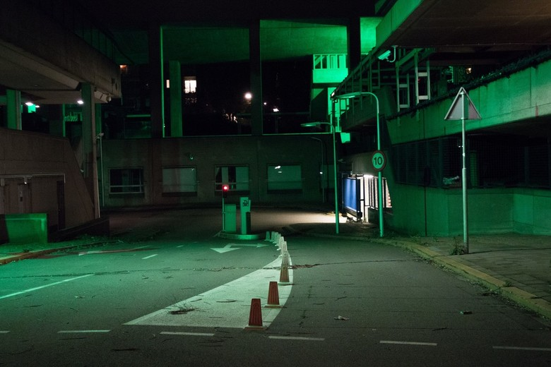 Arnhem - Groenlicht 2 - Foto van en groot verlaten kantoren complex in Arnhem. Groen licht is afkomstig van beveiligings camera's.