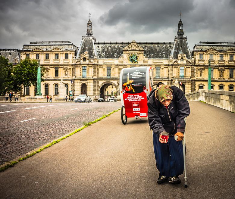 Oude vrouw - Oude vrouw bedelend bij toeristen bij het Louvre paleis