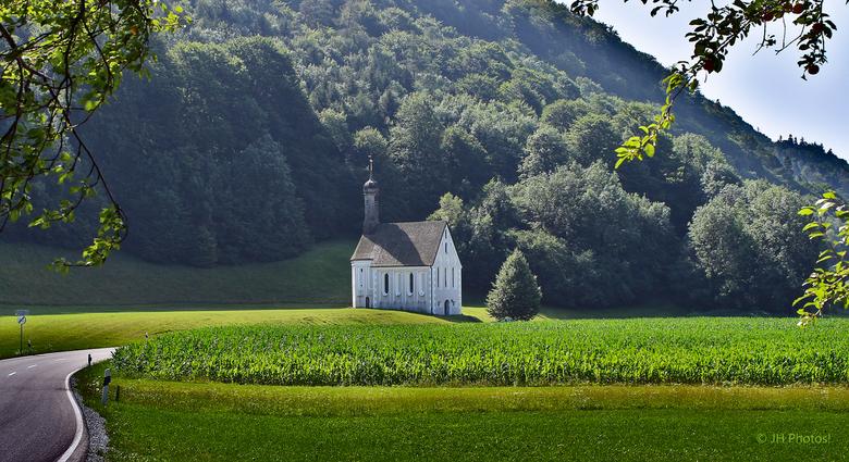 Heilig Kruis Kerk - Kerkje, langs de weg bij Nussdorf am Inn, gelegen vlak voor de grens met Oostenrijk.