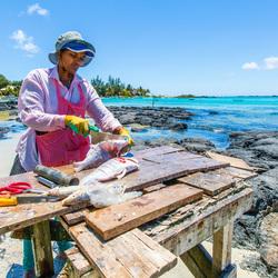 Vis schoonmaken aan de Cap Malheureux - Mauritius