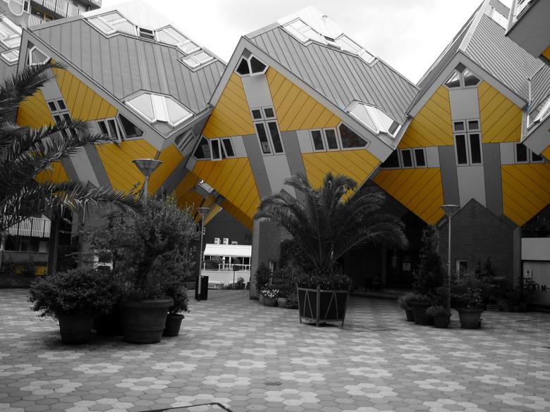 Kubiswoningen.jpg - Kubiswoningen in zwart-wit met kleur