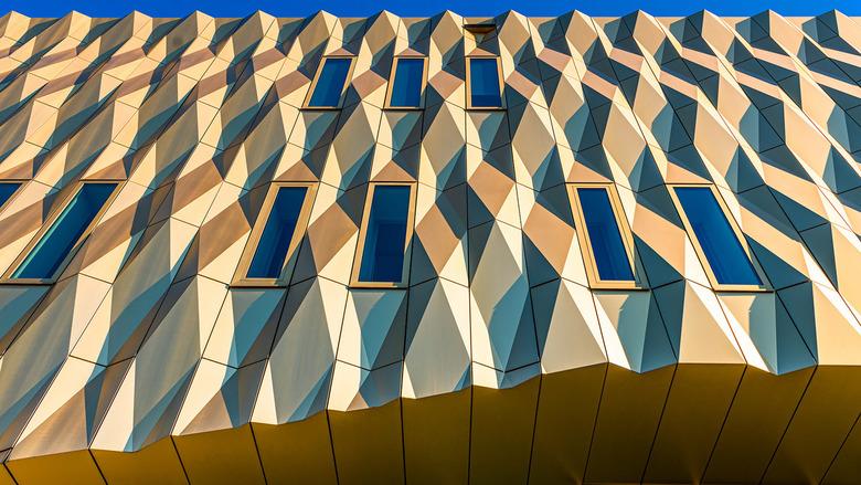 Ritme - Dit is een gebouw (?) in Tiel. Het licht valt mooi op de verschillende oppervlakken.