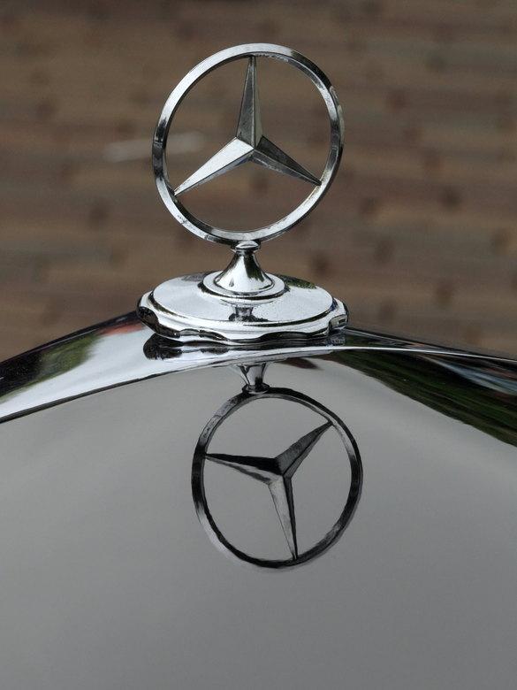 als een spiegel - ik ben niet erg van de mercedes. maar dit was wel een hele oude (ponton model) die ik weer wel mooi vind. de lak was net een spiegel