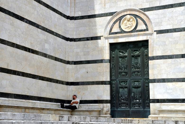 Rust - Italiaanse kerken zijn mooi van binnen. Maar buiten tegen het koele marmer is het goed een tukje te doen. Nu maar hopen dat er geen hordes toer