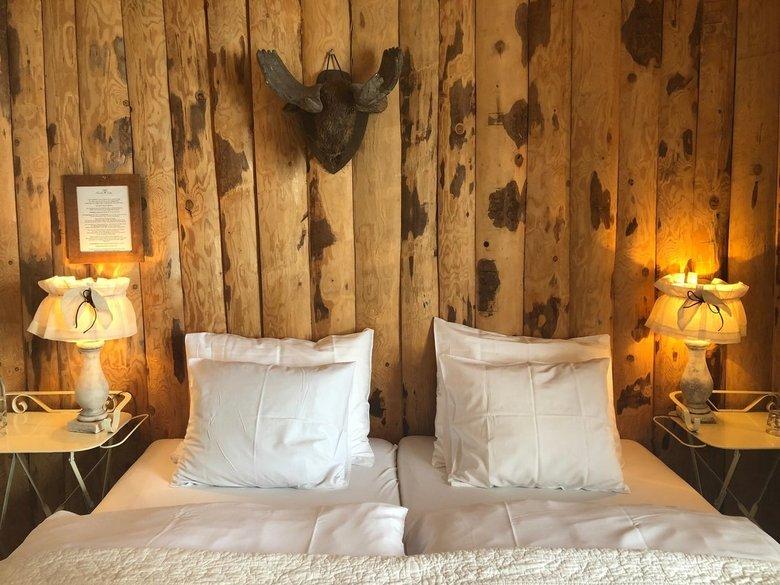Hamilton Lodge Gastenkamer - één van de knusse gastenkamers in de Hamilton Lodge (Belalp), Wallis, Zwitserland.