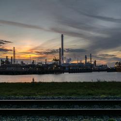Industrie bij zonsondergang