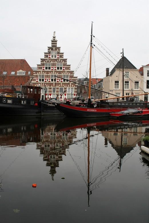 IMG_1154 Leiden, Kort Galgewater - Leiden, Kort Galgewater, fantastisch pand, trapgevel, rood-witte luiken en een rood-witte deur met prachtige vlakve