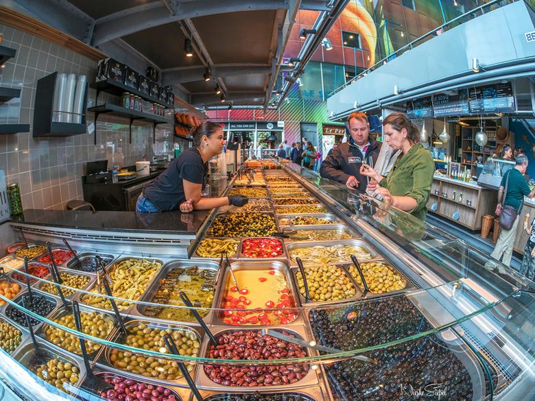 Olijfjes! - Marktkraam in de overdekte markthal van Rotterdam.