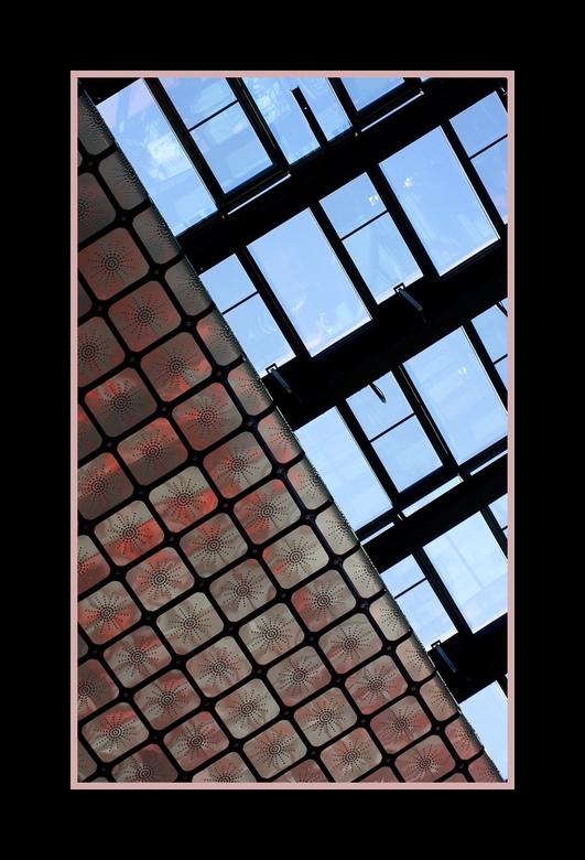 beeld en geluid 8 - Een ander deel van het prachtige plafond in de hal van beeld en geluid. In dit deel zie je duidelijk de invloed van de rode tinten