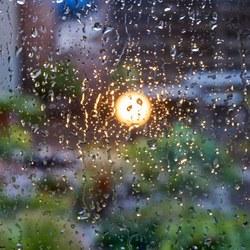 Op een regenachtige avond ...