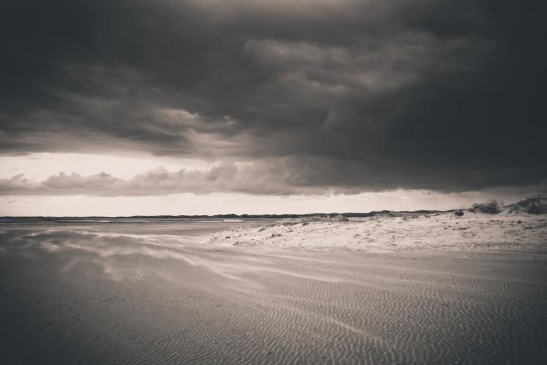 Slufter - Slufter op Texel tijdens een storm. Gaaf om deze donkere lucht i.c.m. het stuifzand te fotograferen.