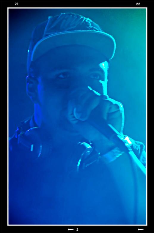 Queensnight 02 - Als een volleert DJ ging DJ-Gilly los. De ene na de andere deun werd door hem vlekkeloos in elkaar gemixt. Het ritme van de beat had
