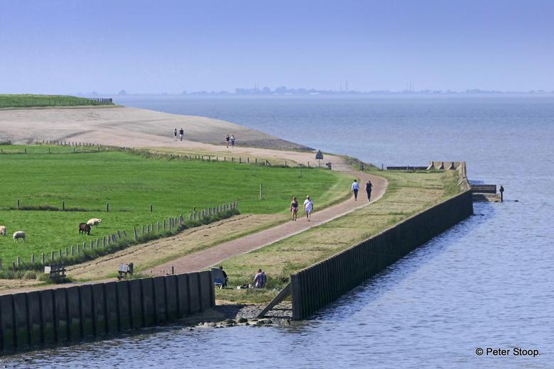Stroe wandelaars buitendijks - Stroe ( Wieringen)wandelaars buitendijks.