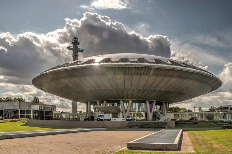 Evoluon - De mooie wolken partijen boven dit futuristisch bouwwerk