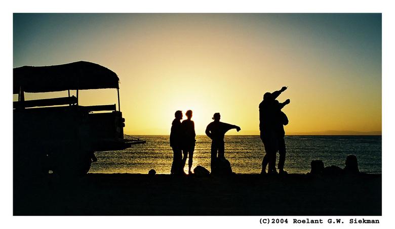Kijk daar! - Een vinger!<br /> <br /> Weer een tegenlichtopname van de zonsopkomst voor het duiken. Weer in Egypte.. (Dahab bij The Blue Hole) <br /