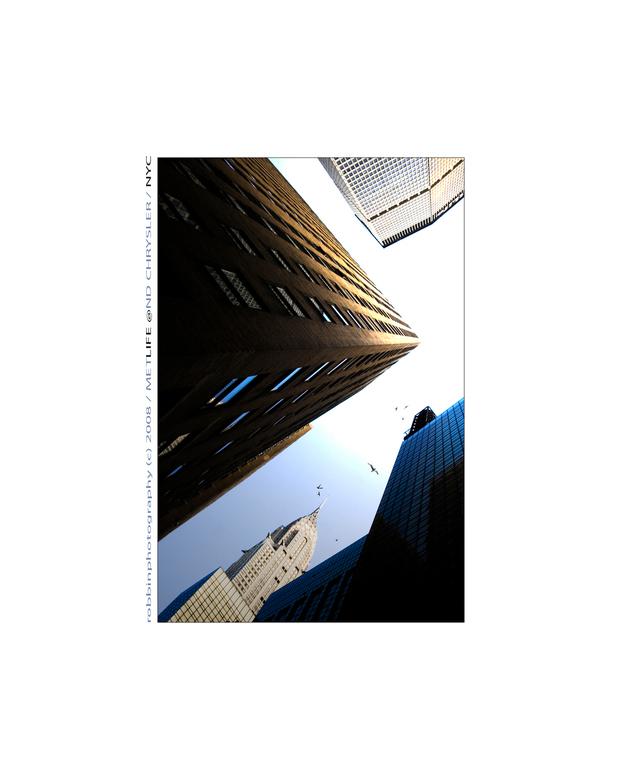 METLIFE @ND CHRYSLER/NYC - Metlife- en Chryslerbuilding te zien op deze foto. Vooral als je net in De Stad bent, heb je de neiging om constant omhoog