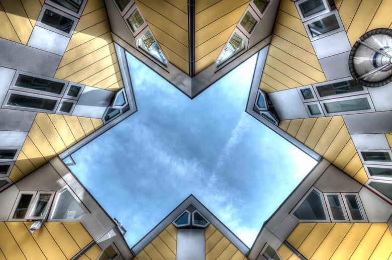 Star - Shots als deze zie je vaker van de kubuswoningen in Rotterdam. Viel nog niet mee om een mooie symmetrische vorm te vinden, want op de grond is