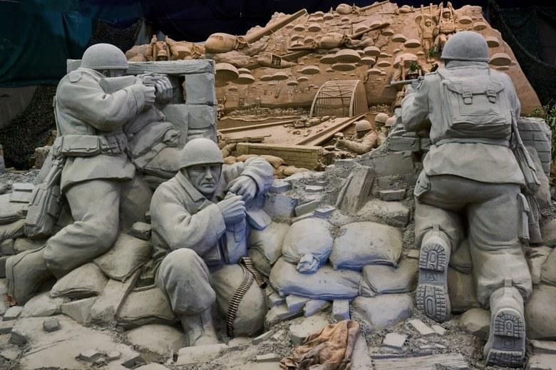 Zandsculpturen Garderen (6) - Doorkijkje naar Market Garden tableau<br /> Thema 75 jaar bevrijding.<br /> Zowel binnen als buiten prachtig gemaakte