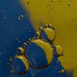 Geel en blauw met bubbels