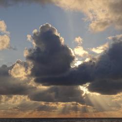 Wolkenluchten aan zee