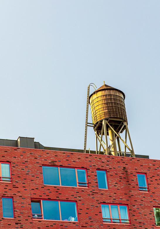 On-Nederlands beeld - Soort watertoren op dak van gebouw op de Kop van Zuid, Rotterdam.<br /> <br /> ISO 200, 93 mm, F/5.6 1/125 sec.