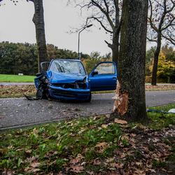Auto botst tegen boom op de Muggenberg in Heeze