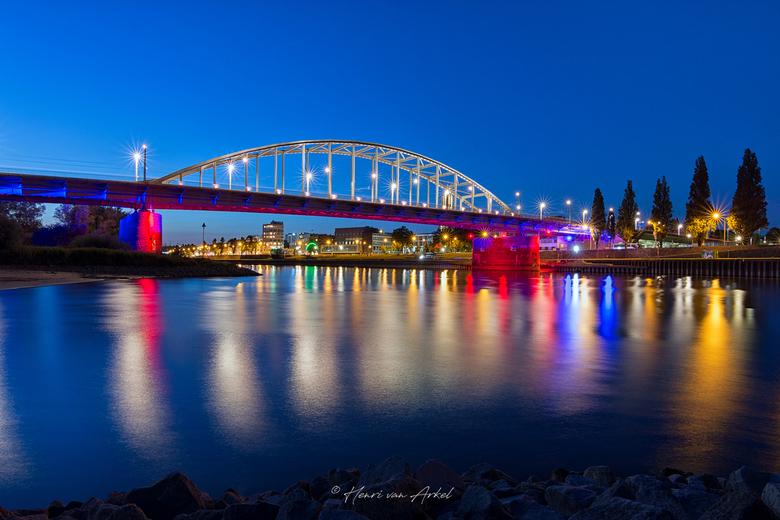 John Frost brug Arnhem - John Frost brug (Arnhem) in de kleuren rood en blauw n.a.v. de herdenking Market Garden. (19-09-2020)