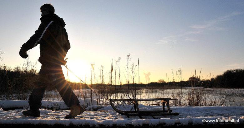 Sneeuwpret aan de kust - Foto gemaakt afgelopen winter in Hoek van Holland. zag de man voorbij lopen met zijn sleetje. Tja dan moet je wel schieten.